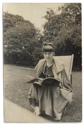 Katherine Mansfield op een snapshot van 1916 of 1917: de onrust zit in haar verhalen.
