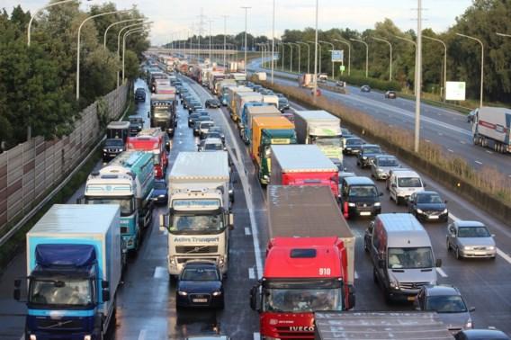 Drukke vrijdagochtendspits: 'We vergeten hoe we veilig moeten rijden als we gehaast zijn'