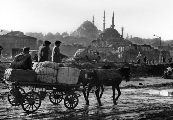 Beeld van Ara Güler, die in zijn archief 800.000 foto's heeft.