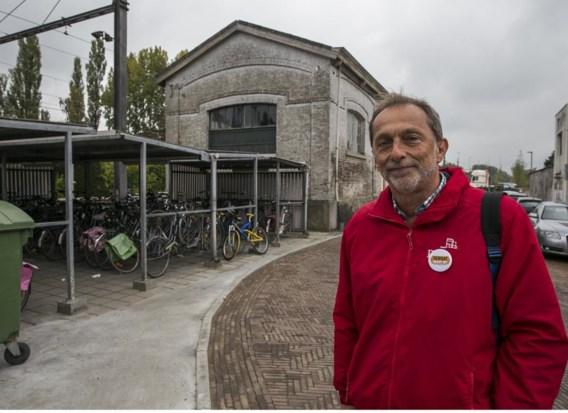 Guido Van Cauwelaert bij de oude fietsenstalling waar camera's komen.