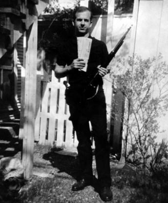 De betwiste foto van Lee Harvey Oswald in zijn tuin, naast het 3D-model dat de echtheid van het beeld bevestigt.