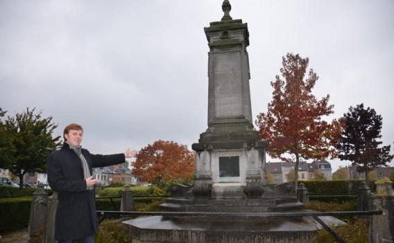 Joren Clauwaert bij het monument van Tyndale in Vilvoorde.
