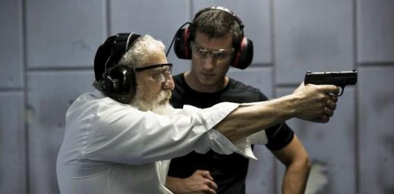 Door de golf van geweld pleiten steeds meer Joden voor vrije wapendracht. Deze man oefent alvast in een schietstand.