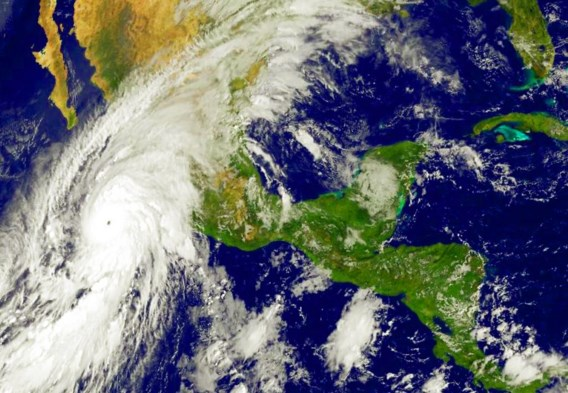 Aan de westkust van Mexico werden gisteren voorbereidingen getroffen voor de komst van de orkaan Patricia, volgens de Mexicaanse regering de hevigste storm van de laatste vijftig jaar. Vrijdagnamiddag lokale tijd (de voorbije nacht in België) zou de orkaan de havenstad Manzanillo bereiken. Er werd gewaarschuwd voor overstromingen en aardverschuivingen.  De orkaan kon gepaard gaan met rukwinden tot 325 kilometer per uur.