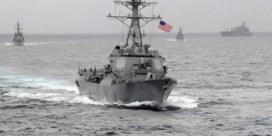 Chinese draak spuwt vuur naar Amerikaanse oorlogsschepen