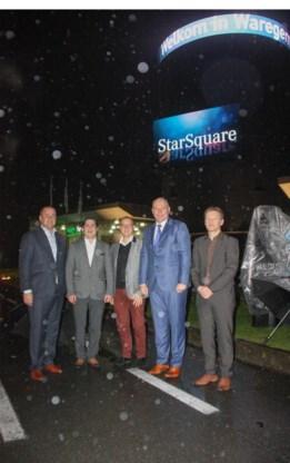 De vijf partners openden 'Star-Square' woensdagavond tijdens een officieel moment. Burgemeester Kurt Vanryckeghem, Alain Belaen van Sund, Toon Bossuyt van Boss Paints, Vincent Yserbyt van Group Ghistelinck en Paul Matthijs van Barco trotseerden de regen.