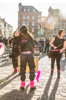 Een percussieband mepte de sfeer erin op de flashmob.