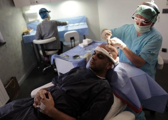 Een ingreep door een plastisch chirurg zou in het buitenland veertig procent goedkoper zijn.