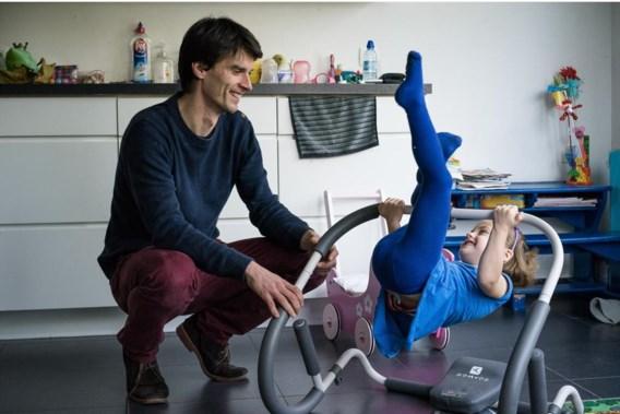 Bart Soenens met zijn dochtertje. 'In de eerste levensjaren leg je de fundamenten van de relatie die je met je kinderen opbouwt.'