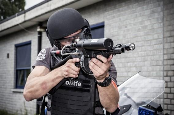 Het SRT mikte met een 'less lethal weapon' op de heup van het meisje.