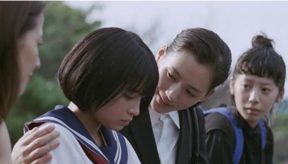 Drie zussen ontfermen zich na de dood van hun vader over hun halfzusje Suzu.