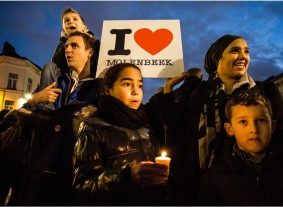 Meer dan tweeduizend mensen zijn gisteravond op het Gemeenteplein van Sint-Jans-Molenbeek samengekomen om hun solidariteit uit te drukken met de slachtoffers van de aanslagen in Parijs. De aanwezigen wilden ook het negatieve imago van de gemeente bijstellen. Het plein was omringd door een indrukwekkende politiemacht die alle deelnemers fouilleerde. Er was een minuut stilte, kinderen hadden tekeningen over vrede en verdraagzaamheid op de grond geëtaleerd en er werden kaarsen uitgedeeld. Ook de Franse ambassadeur woonde de actie bij. De persbelangstelling was groot.