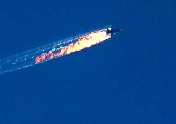 De Russische Sukhoi SU 24 staat in brand na de aanval door Turkse jachtvliegtuigen.