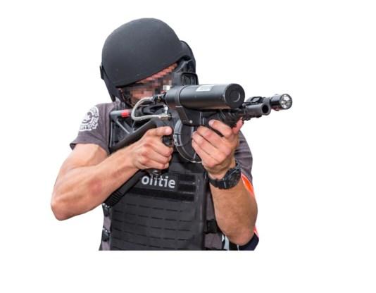 Het verfkogelwapen FN 303 is omstreden sinds de Antwerpse politie  (foto) er een meisje van veertien mee neerschoot.