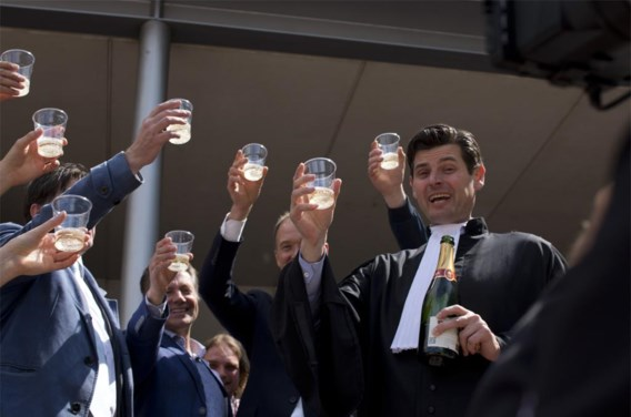 Advocaat Roger Cox (onderaan rechts) sleepte de Nederlandse overheid voor de rechter voor haar nalatigheid in de strijd tegen de klimaatverandering. De rechter  gaf hem gelijk.
