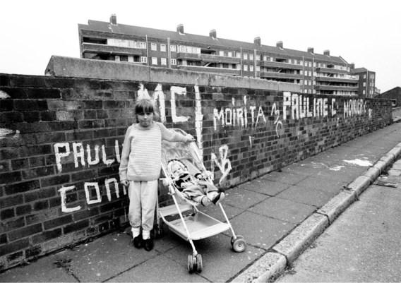 Twee meisjes in Vauxhall Gardens, Liverpool, april 1988.