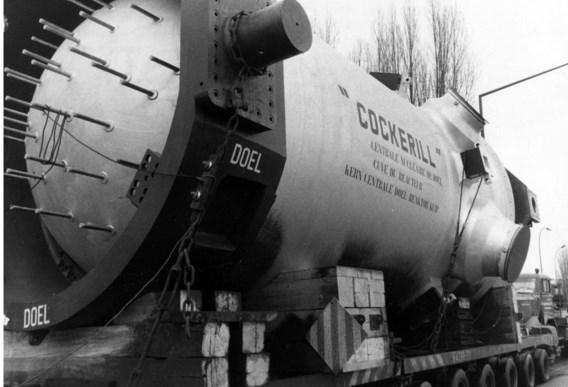 Februari 1972: een reactorvat voor de kerncentrale van Doel wordt met een vrachtwagen vervoerd van Seraing naar Antwerpen.