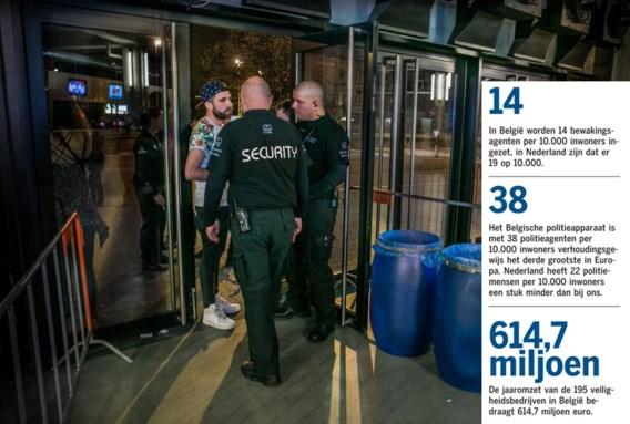 Veiligheidspersoneel aan de ingang van het Sportpaleis in Antwerpen.