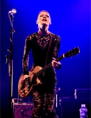 Whitley reageert zich af op haar gitaar.