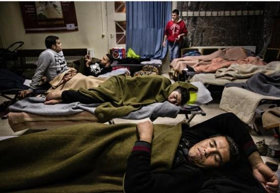 Nog-niet geregistreerde asielzoekers die niet in de pre-opvang terechtkunnen, moeten zelf een slaapplaats zoeken, zoals in deze Brusselse kerk.