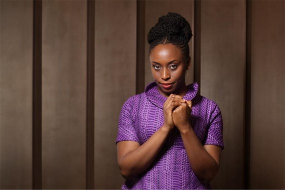 Chimamanda Adichie, een gelukkige Afrikaanse feministe die mannen niet haat en graag hoge hakken draagt. Maar voor zichzelf, niet om mannen te behagen.