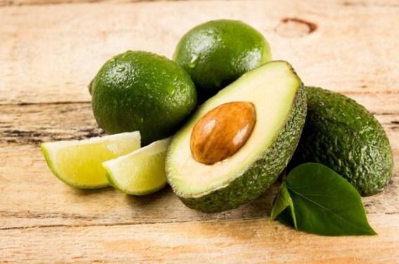 """<p>Compositie met avocado en limoen tegen houten achtergrond. Ook eetbaar.<span class=""""credit"""">lev dolgachov</span></p>"""