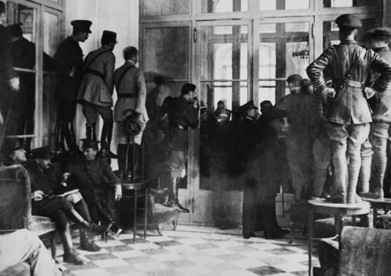 Nieuwsgierigen proberen een glimp op te vangen van de onderhandelingen tijdens de Conferentie van Versailles in 1919.