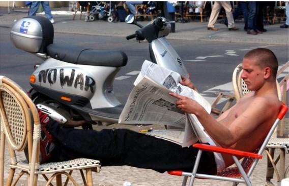 Berlijn, 2003. Een man die deelneemt aan de protesten tegen de oorlog in Irak leest de krant.