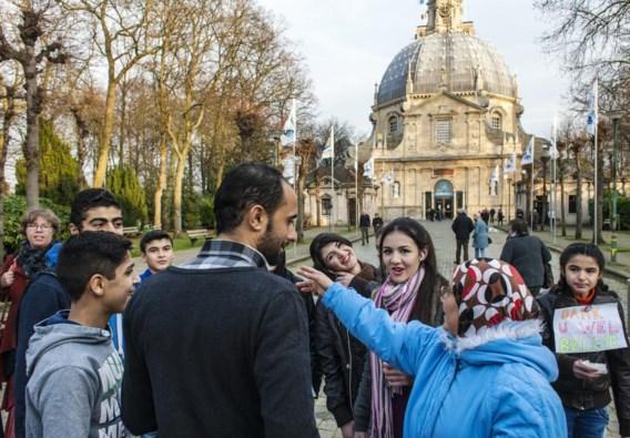 Vluchtelingen die in Scherpenheuvel worden opgevangen, trokken tijdens de kerstmarkt door de gemeente om hun dank te betuigen. 'Bewoners zetten geleidelijk aan hun verontwaardiging om in waardering.'