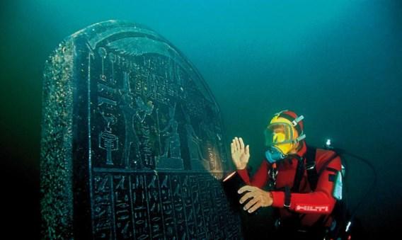 Deze stèle uit Thonis-Heraklion komt overeen met één van Naukratis in Egypte.
