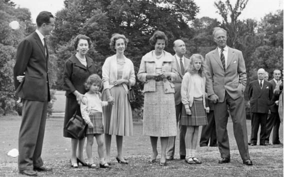 Koning Boudewijn (links) werd verscheurd door trouw aan zijn echtgenote Fabiola (derde van links) en loyauteit aan zijn stiefmoeder Lilian Baels (rechts naast haar).