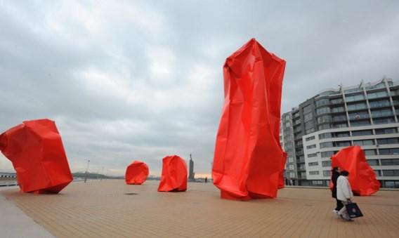 Om deze rode blokken op de Oostendse zeedijk gaat het. Ze belemmeren het zicht van de bewoners.