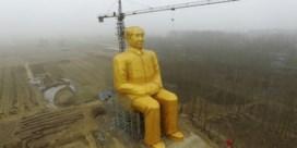 Gigantisch standbeeld van Mao neergehaald