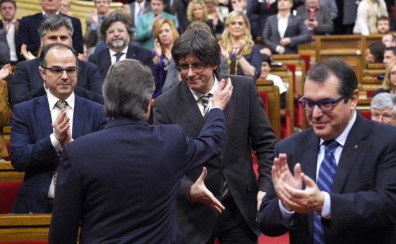 Dit weekend pas wierp Artur Mas (rug) de handdoek in de ring en stelde hij partijgenoot Carles Puigdemont als zijn opvolger voor.