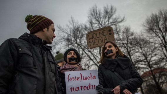 Zowel in Polen als in Tsjechië, zoals hier in Praag, trokken burgers dit weekend de straat op, om te betogen tegen de omstreden wetten die de Poolse regering heeft goedgekeurd. De Europese Commissie buigt zich deze week over de kwestie.