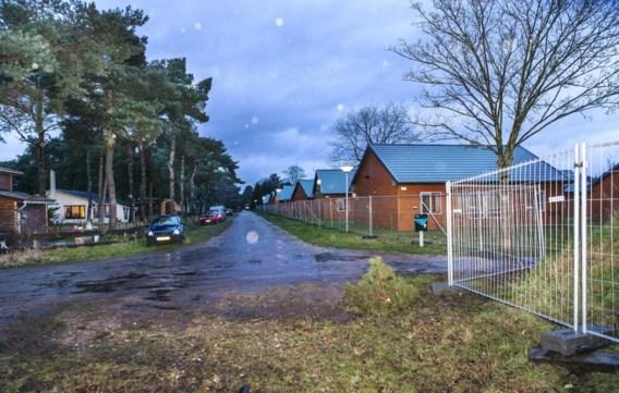 Links de permanente bewoners, rechts het asielcentrum, met tussenin een weggetje en een snel aangebracht hek. Hier komen 945 asielzoekers.
