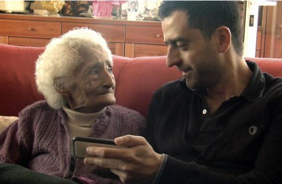 VRT-regisseur David Verhaeghe en zijn oma, die in Ethiopië werd geboren.