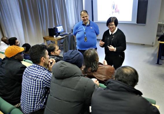 Lesgeefster Linda en haar tolk voor een klas van Syrische en Soedanese mannen.