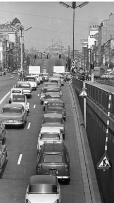 De Leopold II-laan in 1965, nog zonder tunnel, maar wel al vol auto's.