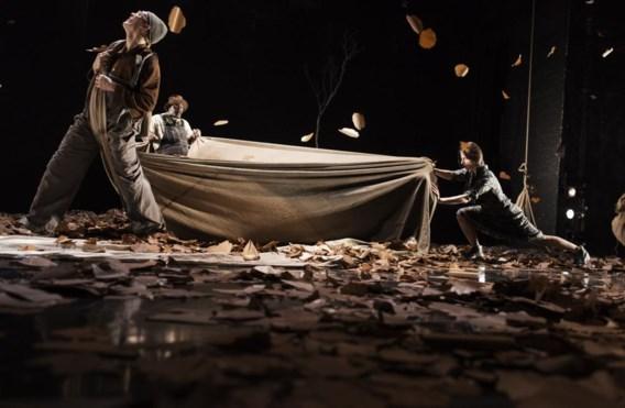 Bijna continu dwarrelen bladeren uit de nok van het theater: de winter komt, de tijd dringt.