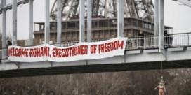 Femenactiviste hangt zich aan brug tegen bezoek Rohani