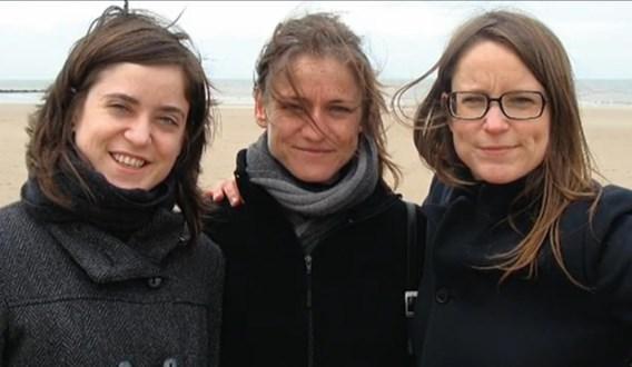 Tine Nys (m.)  tussen haar zussen, een beeld uit  de 'Ter zake'-reportage.