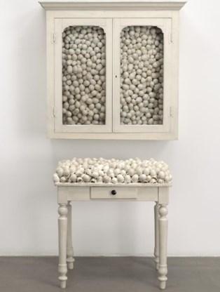 'Witte kast en witte tafel', een werk met eierschalen uit 1965.