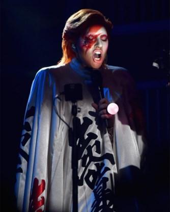 Lady Gaga bracht een  hectische  hommage aan David Bowie.