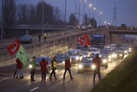 Een wegblokkade tijdens de staking aan het Skaldenpark (1 december 2014)
