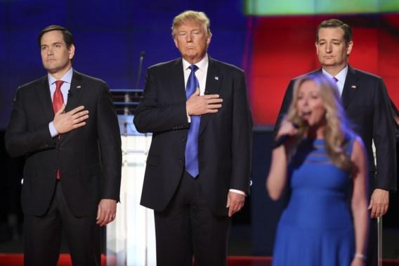Rubio, Trump en Cruz luisteren naar het volkslied voor het debat.