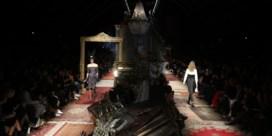IN BEELD. Smeulende jurken op catwalk Moschino