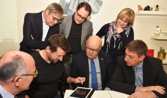 Burgemeester Vincent Van Quickenborne, schepenen en minister Jan Jambon luisteren naar de uitleg van Maarten Vandewalle.