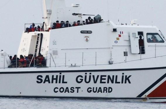 Een boot van de Turkse kustwacht volgestouwd met bootvluchtelingen.