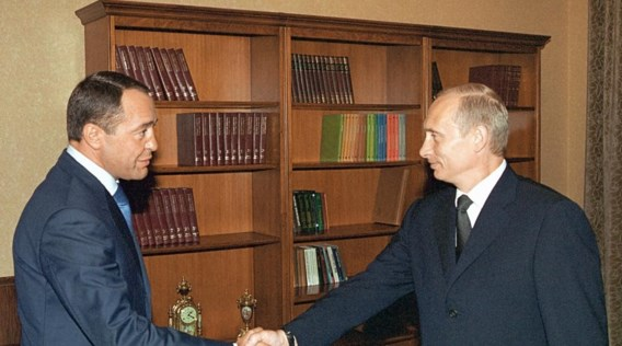 President Vladimir Poetin groet Mikhail Lesin (l.), die van 1999 tot 2004 zijn minister van Media was.